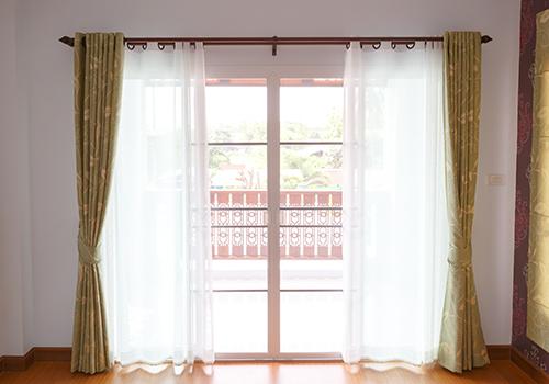 Tende per vetrate interne idee di tende per finestre moderne image gallery con interni - Finestre con tende interne ...